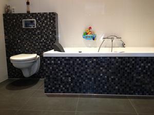 Badkamer renovatie - Egaliseren van de vloer - Stukken van wanden en plafonds, wandafwerking Leveren en monteren van vloerverwarming - Plaatsen van nieuwe afscheidingen - Betegelen van badkamer, toilet - Voegwerk en kitwerk Leveren en monteren van sanitair - Aansluiten van bad, toilet en kranen
